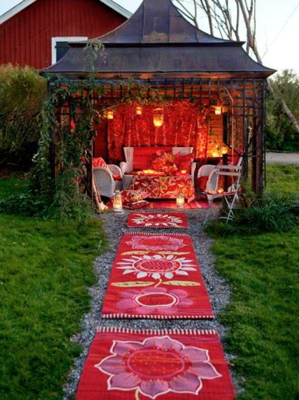 Quirky Valentine\'s ideas: romantic summer house evenings